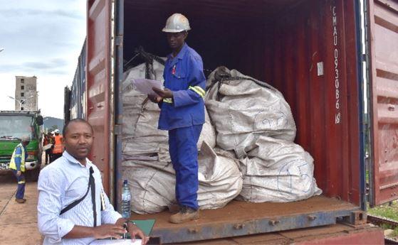 Country Manger Mr Paulo Nunes supervises the loading of bulk samples - Nov 2019